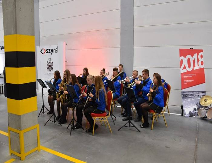 Koncert Orkiestry Dętej z okazji otwarcia nowej części kompleksu magazynowego Grupy Meblowej Szynaka